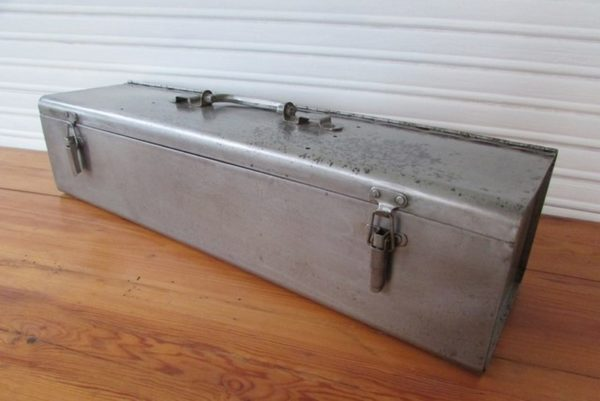 boite a outil metallique deco industrielle loft vue de trois quarts avant