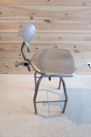 chaise de dessinateur annees 60 métal et aluminium vue de cote