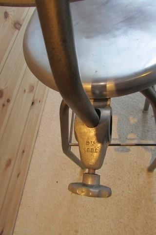 chaise de dessinateur annees 60 métal et aluminium vue du reglage
