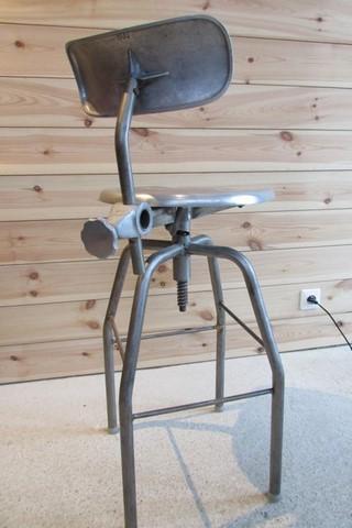chaise de dessinateur annees 60 métal et aluminium vue arrière