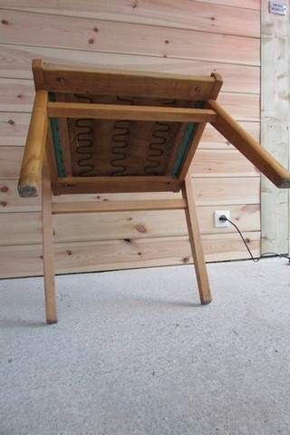 fauteuil annees 50 bois et vinyle vert vue de dessous