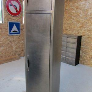 armoire metllique haute 2 portes poncee polie vernie vue de face portes fermees