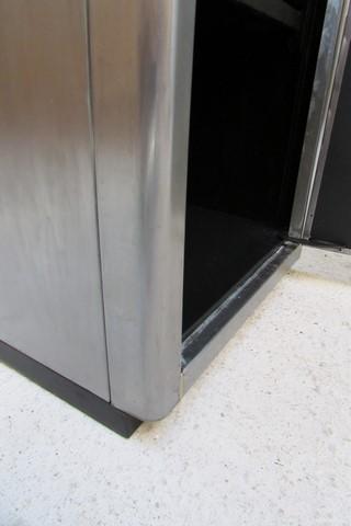 armoire metllique haute 2 portes poncee polie vernie detail pied de porte