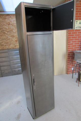 armoire metllique haute 2 portes poncee polie vernie vue de face petite porte ouverte