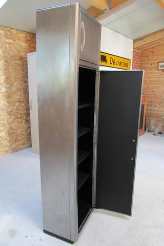 armoire metllique haute 2 portes poncee polie vernie vue de coté grande porte ouverte