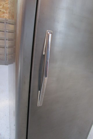 armoire metllique haute 2 portes poncee polie vernie detail poignee basse