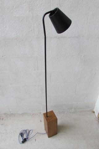 luminaire métal noir avec socle en chêne